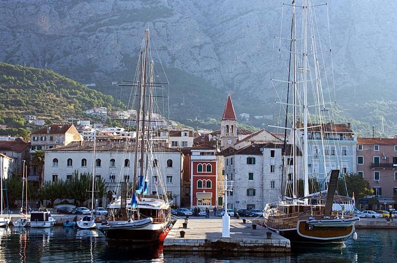Okružní plavba z Dubrovníku přes města Korčula, Makarska, Pučišća, Split, Hvar, ostrov Mljet a návrat do Dubrovníku.